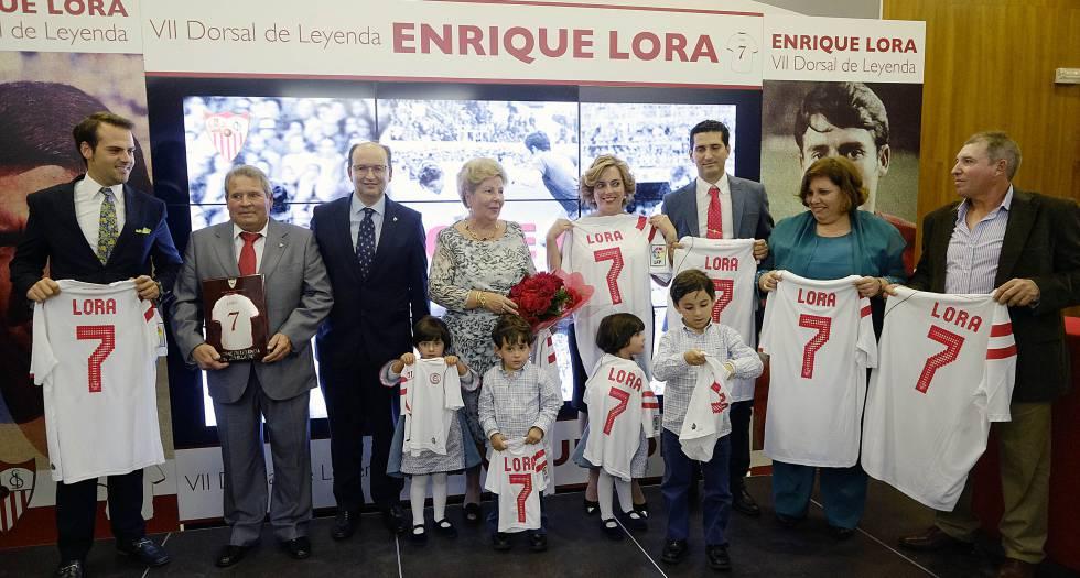 Enrique Lora, segundo desde la izquierda, y su familia durante el acto en el que le otorgaron el VII Dorsal de Leyenda del Sevilla FC.