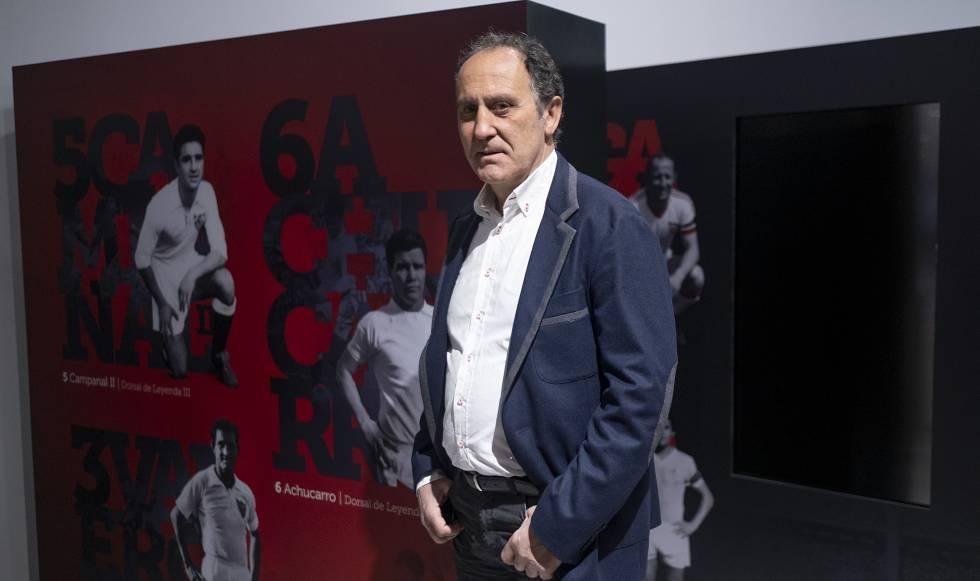 Francisco López Alfaro en el Ramón Sánchez-Pizjuán, estadio del Sevilla FC, junto a las imágenes de otros Dorsales de Leyenda del club.