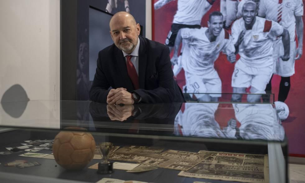 Carlos Romero, director del área de Historia del Sevlla FC, en el museo del club.