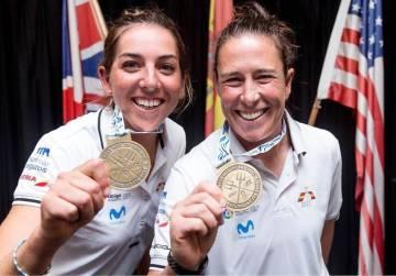 Támara Echegoyen (D) y Paula Barceló posan con sus medallas de campeonas del mundo de la clase 49erFX.