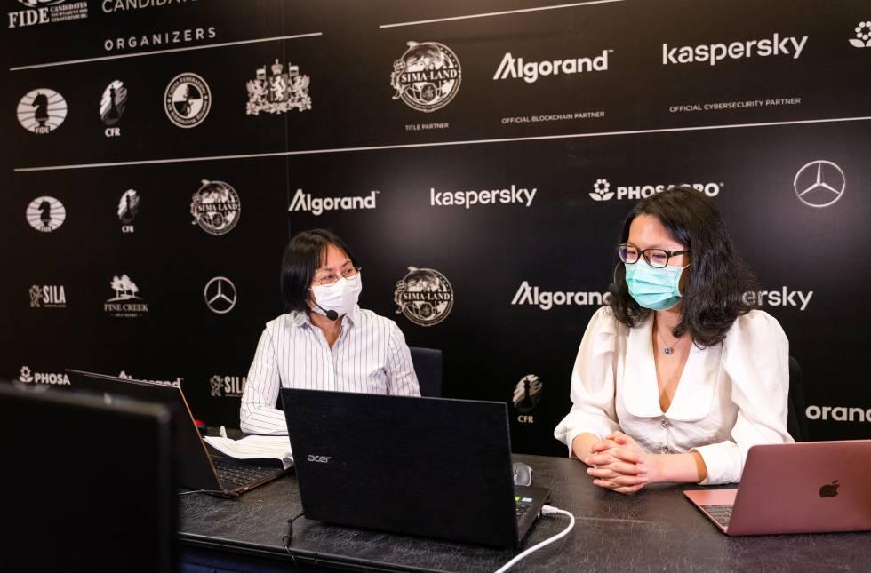 Las dos comentaristas de la retransmisión en chino: a la derecha, Yifán Hou, número uno del mundo; y Zhaoqin Peng