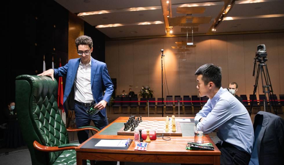 Caruana llega a la mesa donde se enfrentará a Ding en la cuarta de las trece rondas previstas