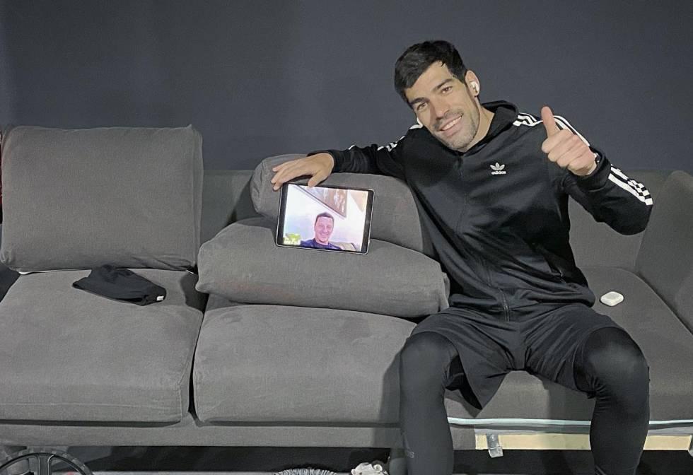 Manu García, en vídeollamada con el preparador físico del Deportivo Alavés, Nenad Ristic.