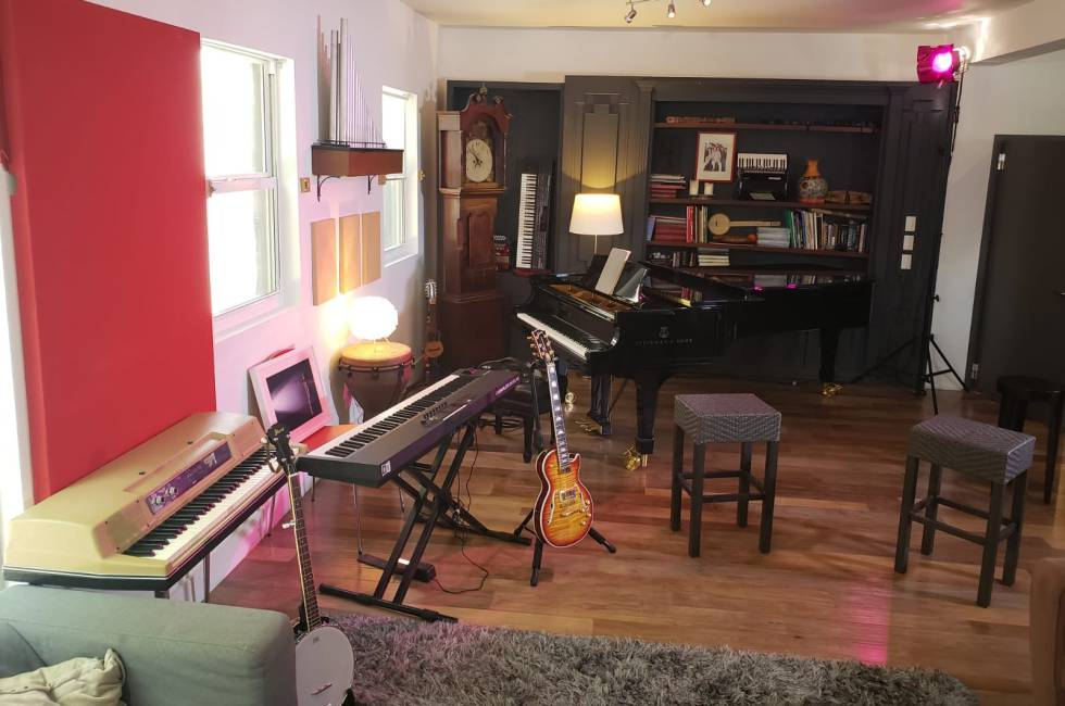 Así es el salón de la casa de Alejandro Sanz, desde donde está tocando estos días.
