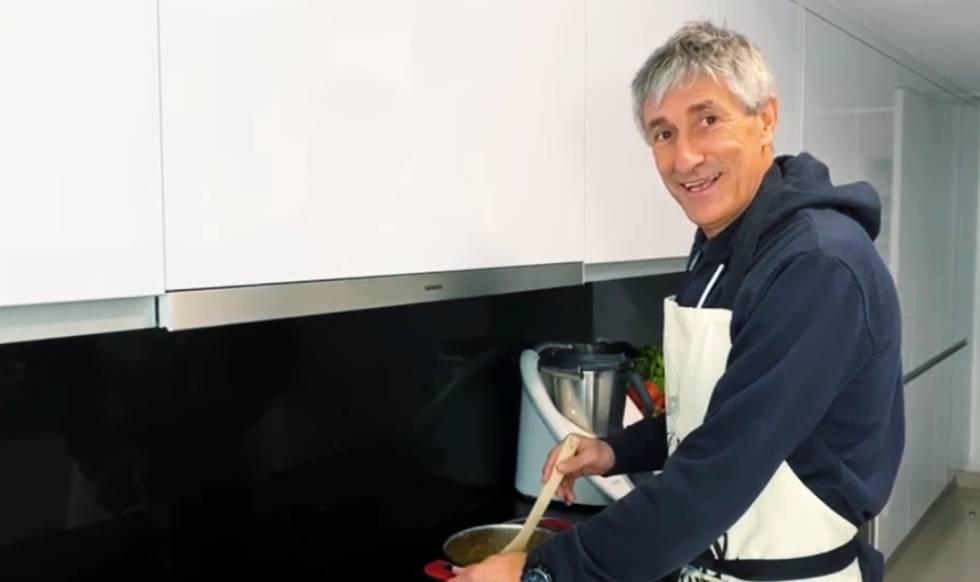 Quique Setién, entrenador del FC Barcelona, abre las puertas de su casa en el programa LaLiga QuédateEnCasa.