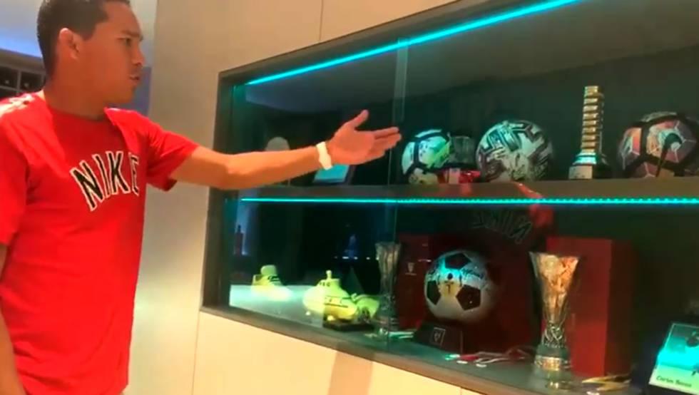 Carlos Bacca, delantero del Villarreal CF, enseña el museo deportivo que tiene en su hogar en el programa LaLiga QuédateEnCasa.