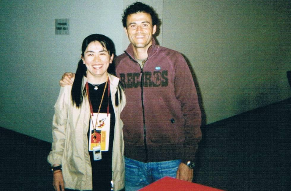 Yuriko Saeki, in 2002, with Luis Enrique, a partner in the coaches course.