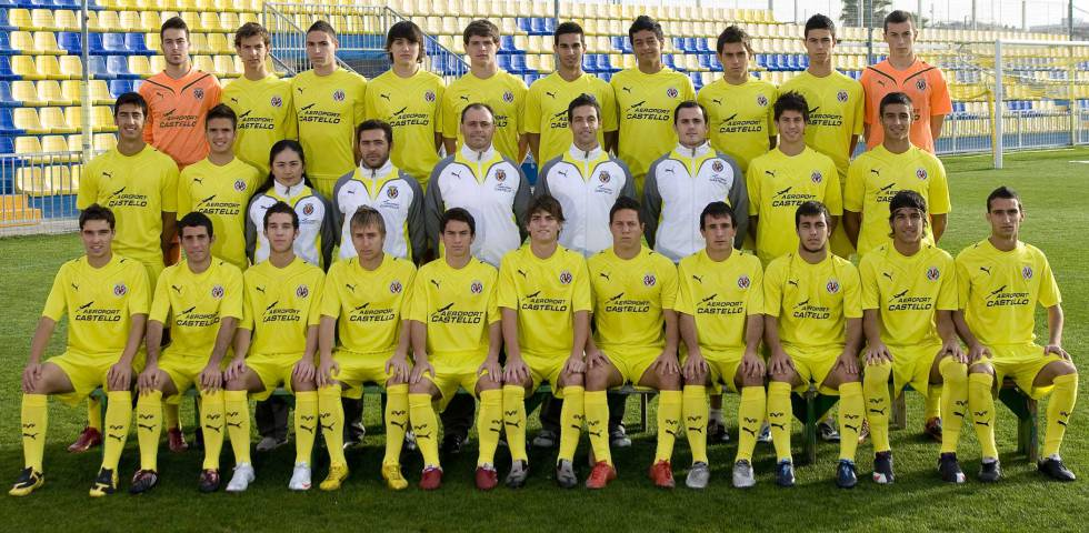 Yuriko Saeki, third from the left in the middle row, with Villarreal CF's Youth A.