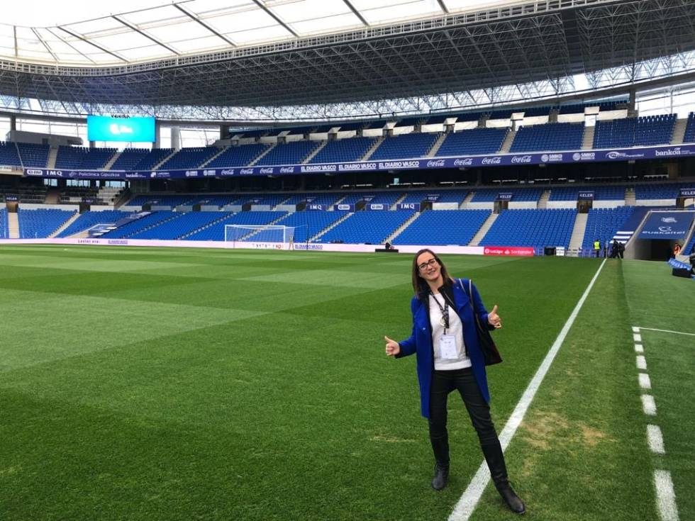 Iris Córdoba, en el estadio de la Real Sociedad, en una visita en la que acompañó a socios del GSIC para unas jornadas de trabajo en el club.