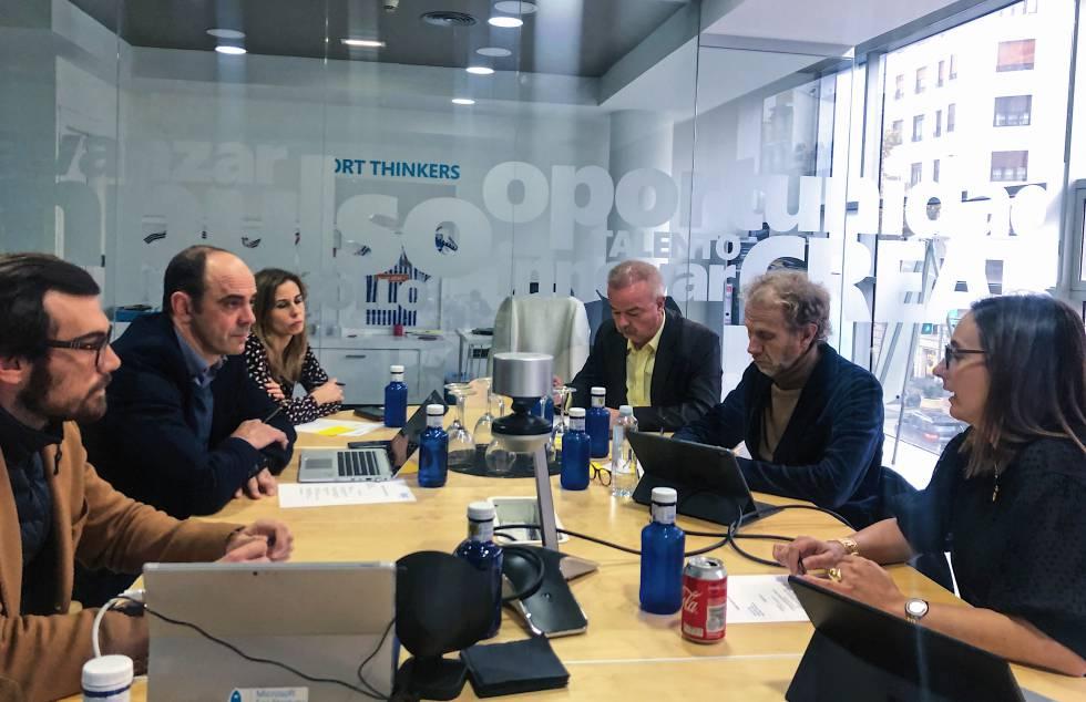 Iris Córdoba, derecha, en una reunión con miembros del GSIC en la sede del centro, en Madrid.