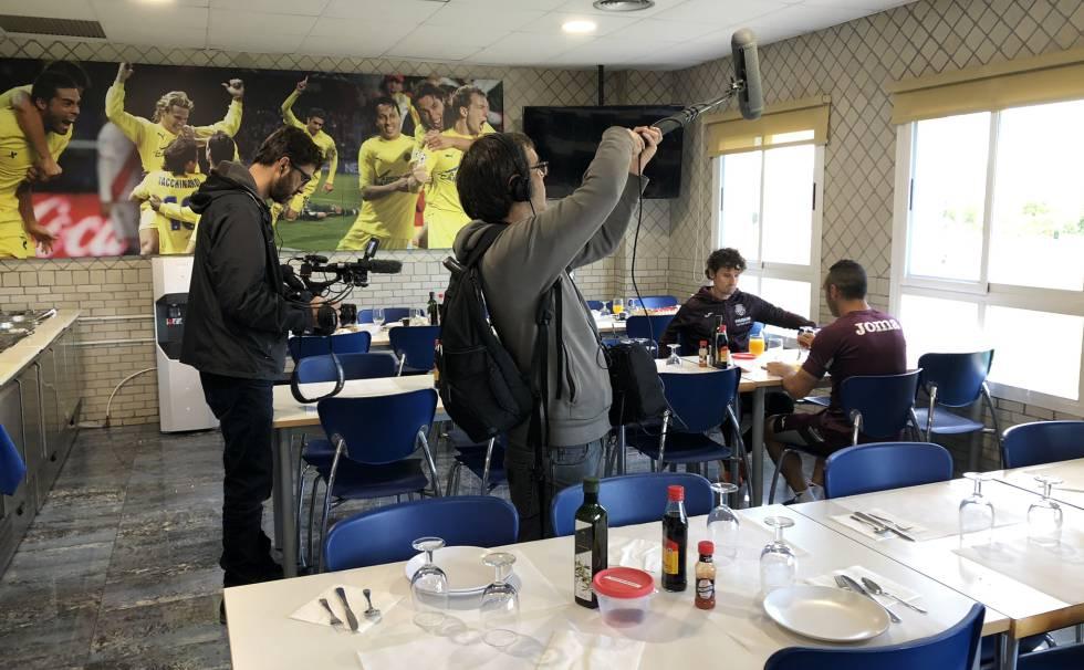 El equipo de Six Dreams graba un almuero de Santi Cazorla tras un entrenamiento en la ciudad deportiva del Villarreal CF.