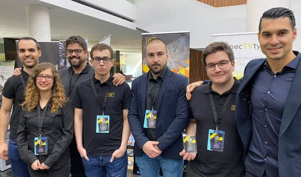 Members of the Biyectiva team with Andrés Fernández, at the far end of the image on the right, and Felipe Segura and Rubén Martínez, at the opposite end of the photo.