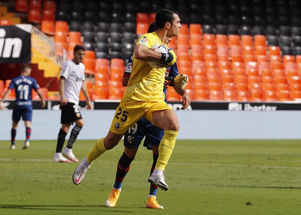 SD Huesca goalkeeper Andrés Fernández in this season's match against Valencia CF.
