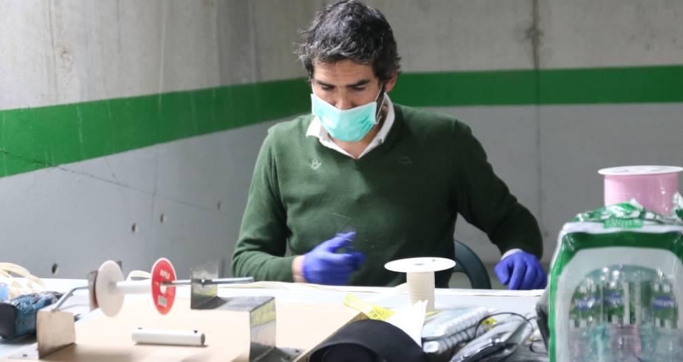 Rafael Muela, gerente de la Fundación Real Betis, trabajando en uno de sus últimos proyectos.