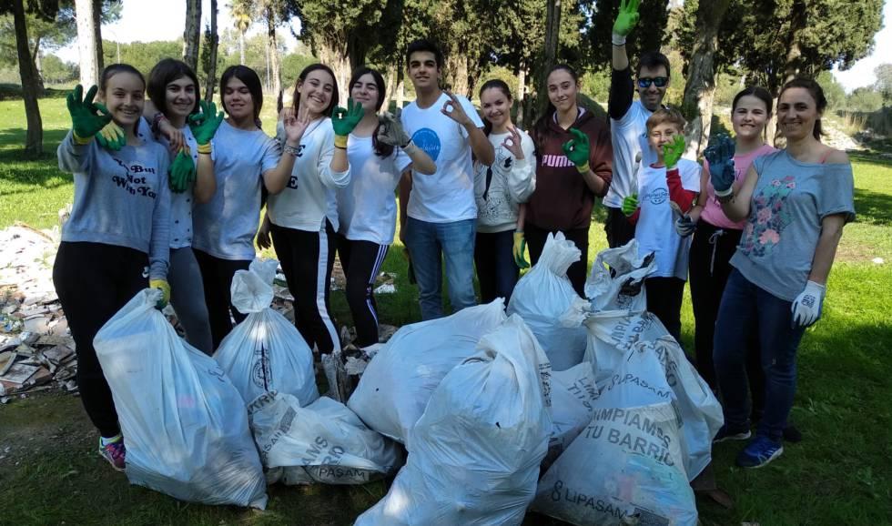 Una de las recogidas de residuos por parte de la ONG Ok Planet con la que colabora la Fundación Real Betis.