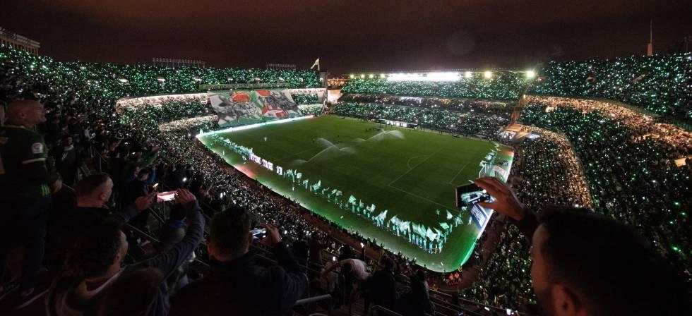 El estadio del Real Betis, el Benito Villamarín, iluminado por los móviles de sus aficionados y por las luces LED que instaló el club.