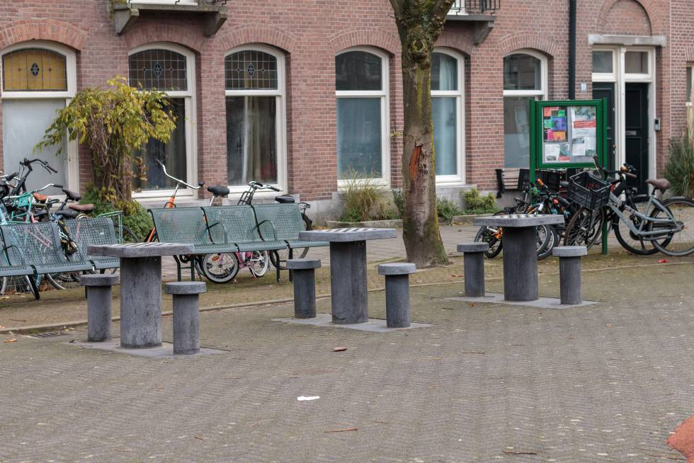 Tres mesas de ajedrez en la plaza Steve Biko de Ámsterdam