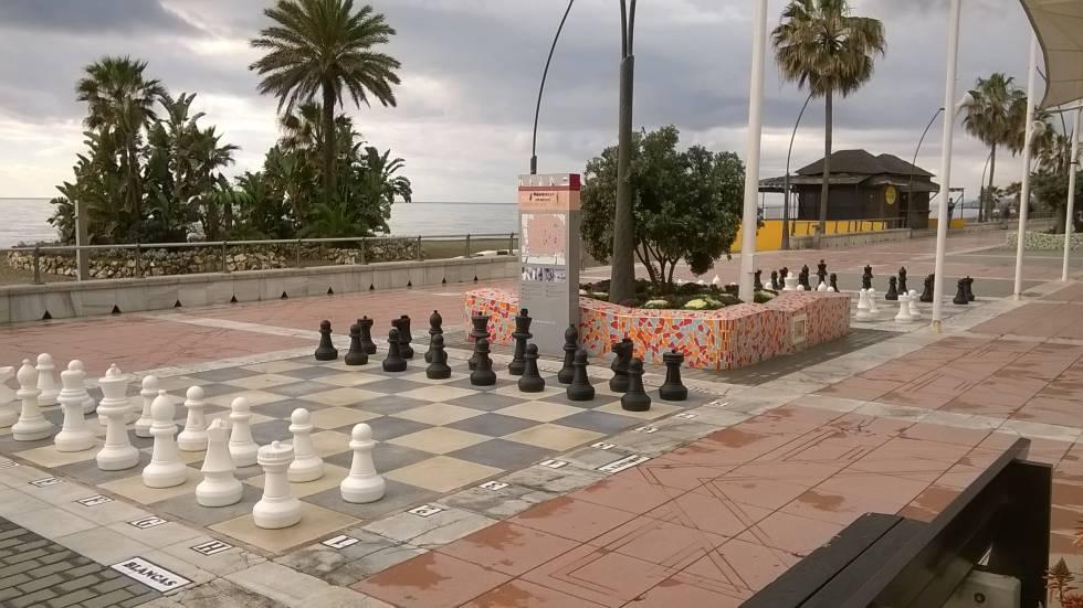 Dos de los seis tableros gigantes instalados en el Paseo Martítimo de Estepona (Málaga)
