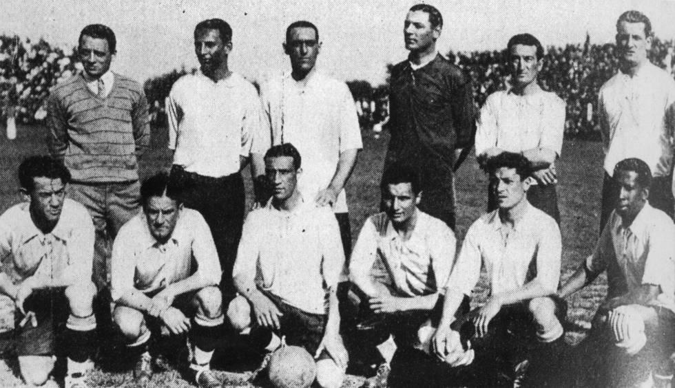 Selección de Uruguay, campeona de la Copa América 1926. Abajo, de izquierda a derecha: Santos Ordinaran, Scaroni, René Bourgas, Héctor Castro, Zuelo Saldombaid, Andrade.  Arriba: Mezali, Recoba, Lorenzo Fernandez, Patignani, Vanzino y Nasazi.