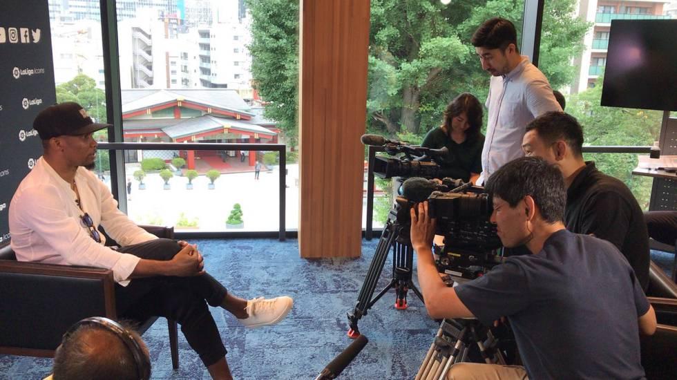 El periodista Yugi Nishi, de pie junto a otros compañeros, durante una entrevista con el exbarcelonista Samuel Eto'o.