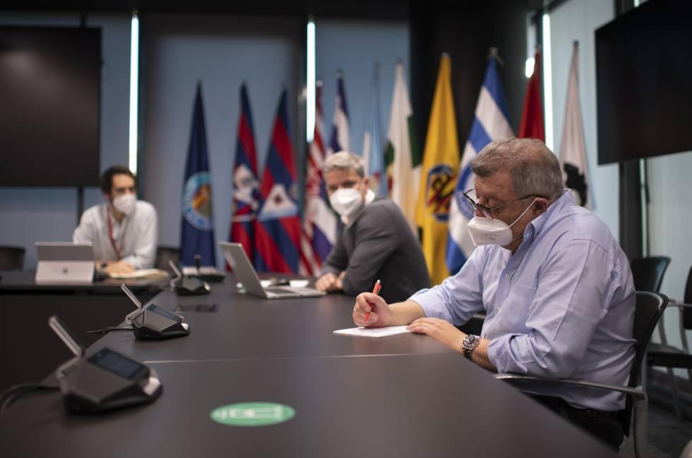 El jefe de Gabinete de Presidencia de LaLiga, Víctor Martín, en primer plano junto a sus compañeros Luis Gil y Jaime Blanco en la sede de LaLiga.