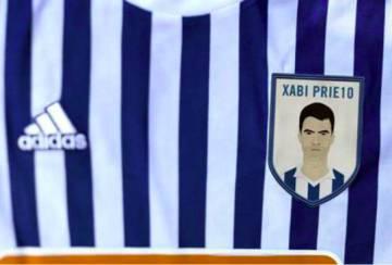Detalle de la camiseta que vistieron los jugadores de la Real Sociedad con motivo de la retirada del capitán en 2018.