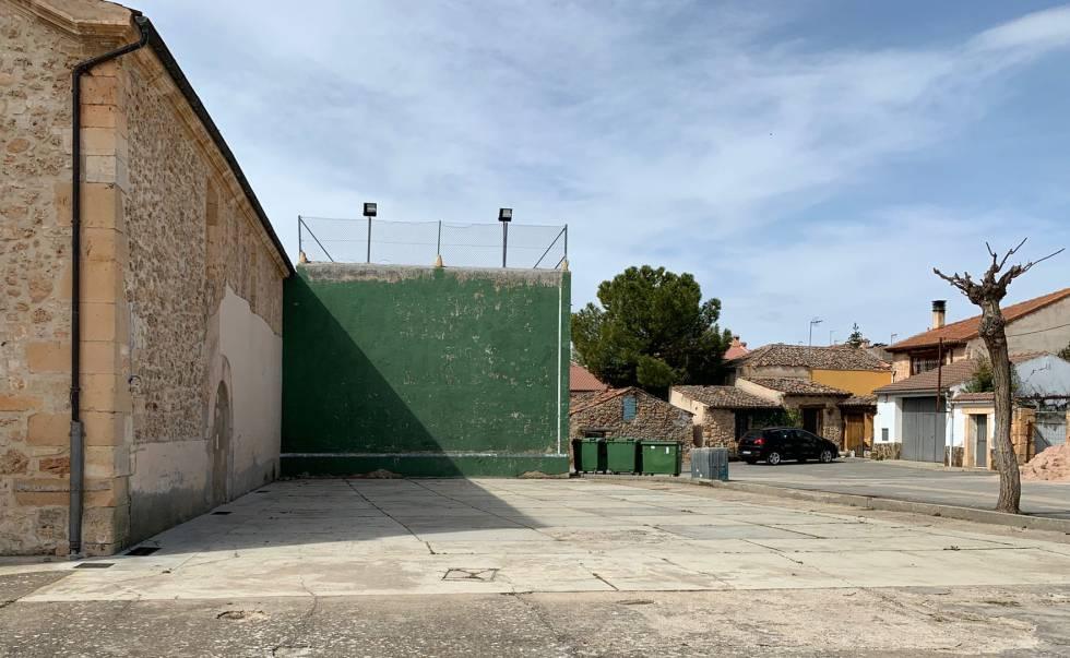 El primer campo de fútbol de Jorge de Frutos, un frontón detrás de la iglesia de Navares de Enmedio.