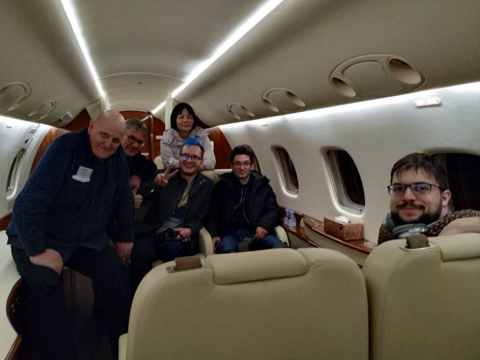 Vachier-Lagrave y Caruana junto a los demás pasajeros del avión privado que los evacuó de Yekaterimburgo el 27 de marzo de 2020