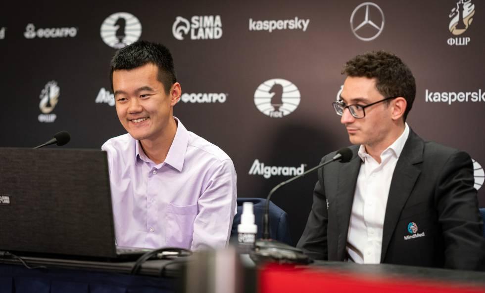Ding y Caruana comentan su partida en la sala de prensa, hoy en Yekaterimburgo