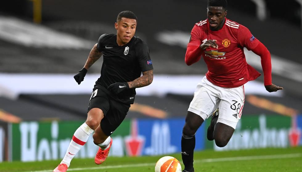 Pese a la derrota, los futbolistas del Granada CF disfrutaron de su primera vez en Old Trafford, el estadio del Manchester United. En la imagen, el extremo Darwin Machís, del conjunto nazarí, junto a Alex Tuanzebe.
