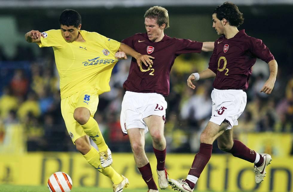 El futbolista del Villarreal CF Juan Román Riquelme (en la foto junto a Cesc Fábregas y Alexander Hleb) fue una de los grandes protagonistas de las semifinales de Champions que enfrentaron a los 'groguets' contra el Arsenal en 2006.