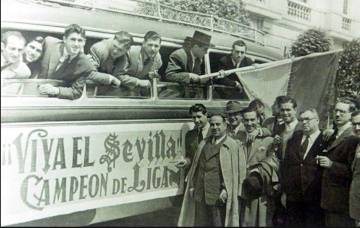 Receiving the Sevilla FC footballers upon their arrival in the city after winning the 1946 championship.