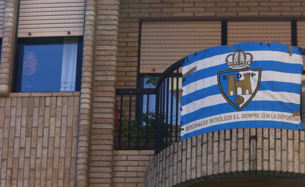 Bandera de la SD Ponferradina en el balcón de Ponferrada.