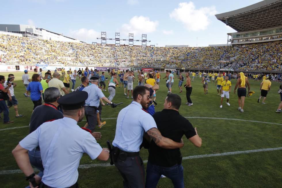 Aficionados de la UD Las Palmas invanden el terreno de juego para celebrar el ascenso del equipo ante el Córdoba CF. Minutos más tarde los andaluces le dieron la vuelta al marcador y consiguieron el ascenso.