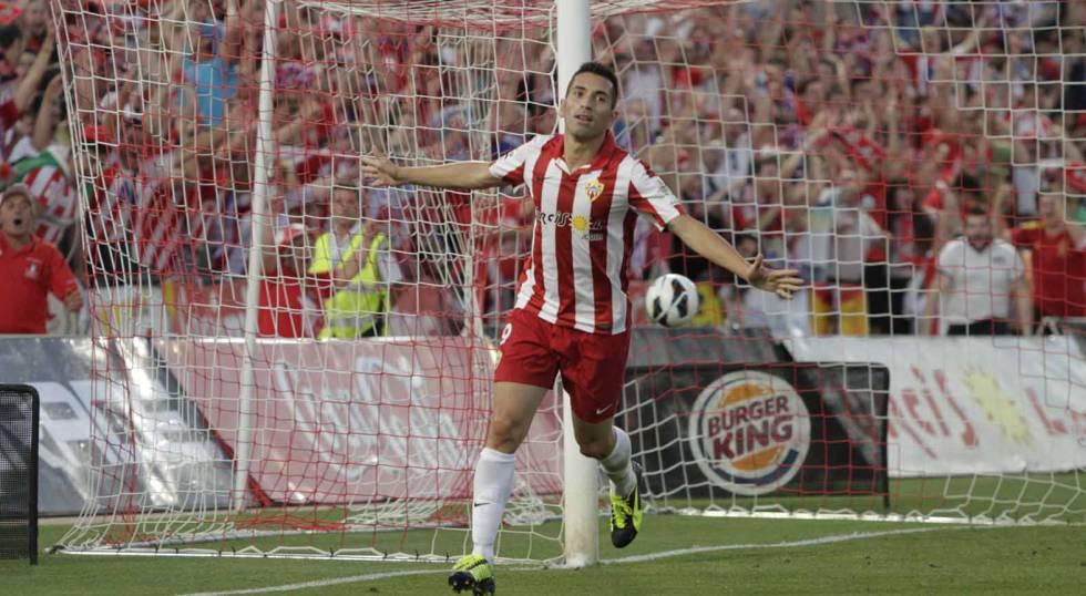 Charles festeja uno de sus tres goles en las finales de los playoffs entre la UD Almería y el Girona FC en 2013.