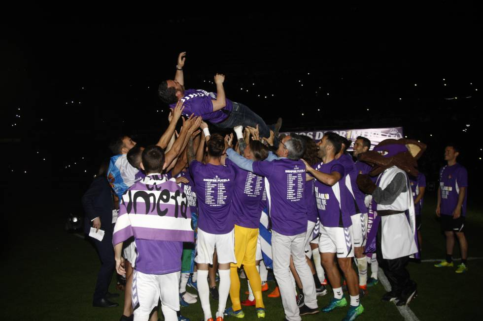 Los jugadores del Real Valladolid alzan a su entrenador Sergio González en las celebraciones tras haber ganado la final de los playoffs en 2018 ante el CD Numancia.