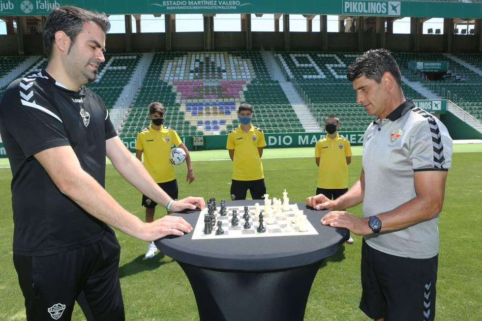 El responsable del área de Psicología del Elche CF, Antonio J. Muñoz (a la izquierda de la imagen), junto al director de cantera del club, Jorge Raffo.