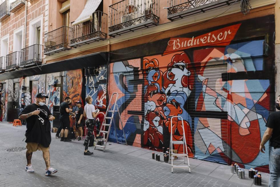 Parte de los murales publicitados por Budweiser en el distrito de Malasanya de Madrid.