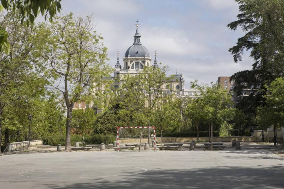 Pista polideportiva ubicada junto al Jardín de las Vistillas, en el centro de Madrid.