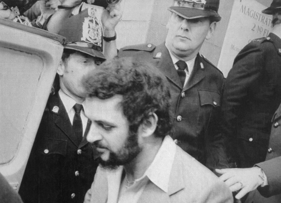El 'destripador de Yorkshire', Peter Sutcliffe, sale de un tribunal en Londres, el 14 de abril de 1983.