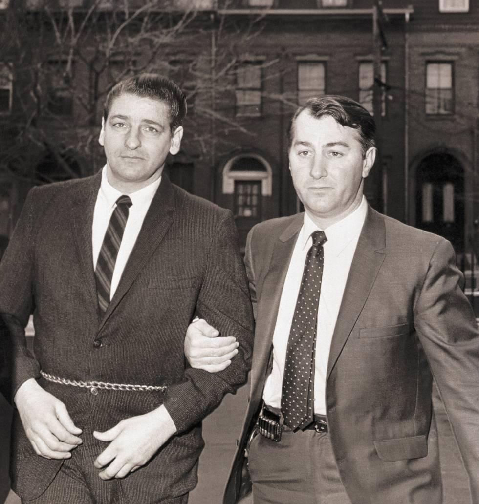 Albert DeSalvo (izq.) es conducido al interior de los juzgados en Cambridge (Massachusetts), en enero de 1968.