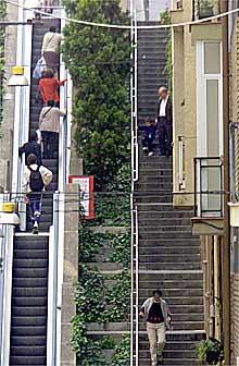 Historias de escaleras elctricas edicin impresa el pas las escaleras de la baixada de la glria en barcelona fandeluxe Images