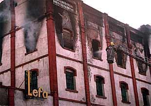 El fuego destruye parte de una f brica peletera de mollet del vall s edici n impresa el pa s - Casas montornes del valles ...