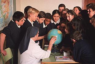 Resultado de imagen de convirtiendo al Colegio en un centro de niñas de todas clases sociales y