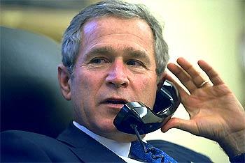George W. Bush habla por teléfono desde su despacho en la Casa Blanca.