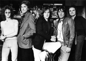 De izquierda a derecha, Gordon Edwards, Ray Davies, Dave Davies, Mick Avery y Jim Rodford, componentes de The Kinks.