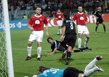 Morientes celebra el primer gol ante el Wisla Cracovia.