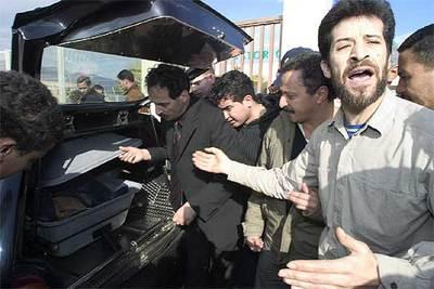 El hermano de Azzouz Hosni, Abdelkader, durante el traslado del cadáver a un velatorio en La Mojonera.