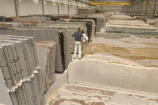 Bloques de granito apilados en la empresa graninter for Empresas de granito