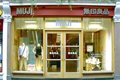 imgenes interior y exterior de dos tiendas de la cadena japonesa muji en londres